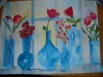 blaue Gläser mit Blumen